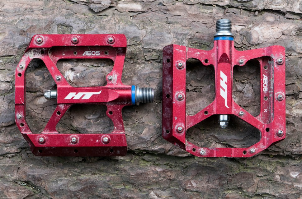 Pedales de plataforma HT Components FLAT AE05 - pedal muy fino y ligero pero con muy buen rendimiento ante los golpes y un inmejorable agarre marcado por su plataforma cóncava y sus 10 pines de aluminio por cada cara.